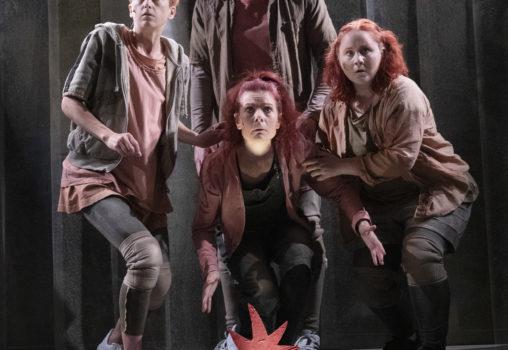 Porträtt på Det röda trädet - Foto Per Eriksson - Caroline Rendahl, Myra Neander, Joel Torstensson och Mala Kyndel
